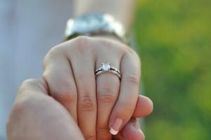 אז מי מגיע איתכם לבחור את טבעת האירוסין?