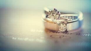 הקשר בין טבעות אירוסין וחתונה