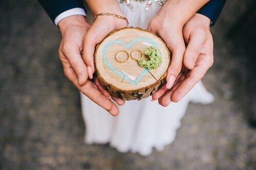 עם אילו מתנות חוגגים את יום הנישואין הראשון?