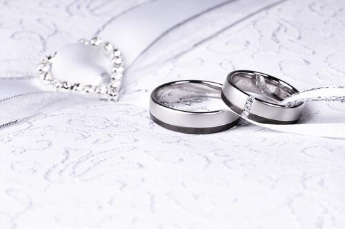 המדריך המלא לרכישת טבעות נישואין זהב לבן